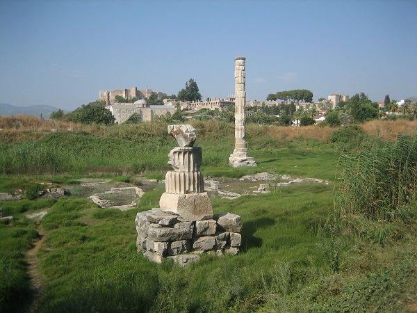 7 maravillas mundo antiguo- ruinas del Templo de Diana en Efeso, el más grande de la antigüedad. Construido en el s,VI a.C. tenía 127 columnas de 20 metros de altura. Fue dañado por un incendio, reconstruido por Alejandro Magno, y destruído por invasiones godas, saqueadores y terremotos. De él sólo queda esta columna.