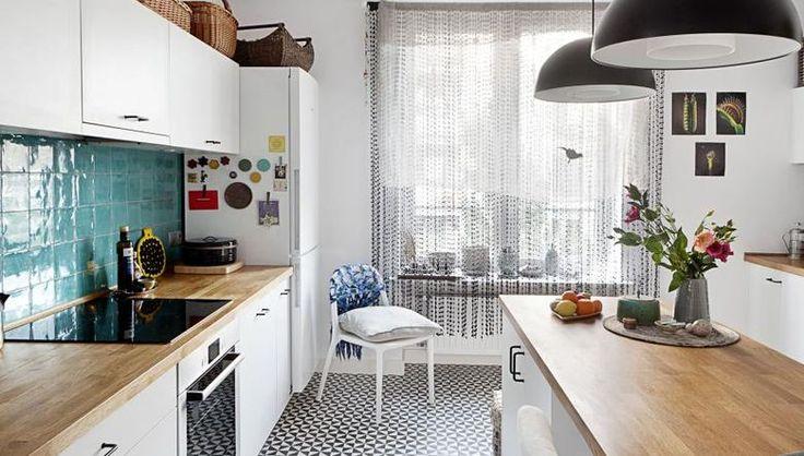 Biała kuchnia z mozaiką podłogową