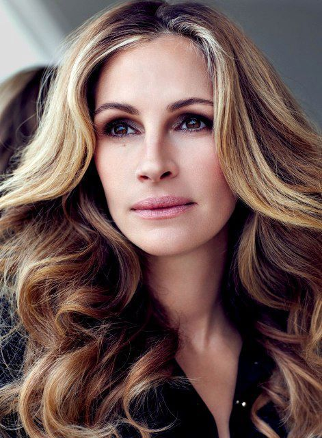 NO ONE does it like julia roberts (i swear this woman gets better looking with age)