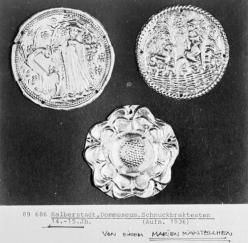 Schmuckbrakteaten 14. und 15. Jahrhundert. Bisher als einzige Verwendung Schmuck an Marienmänteln nachgewiesen.
