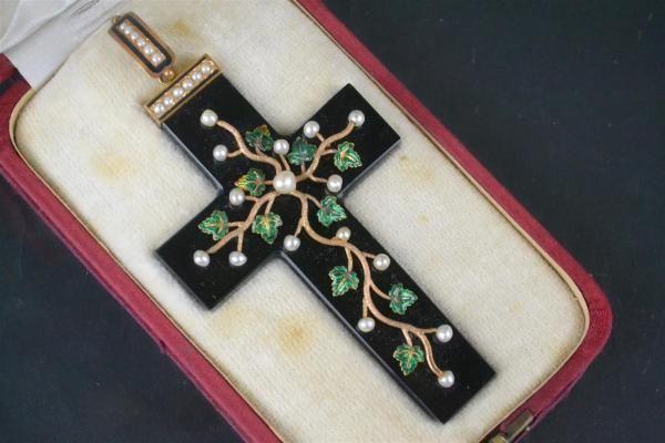 Pendentif en forme de croix en onyx noir orné de de branchages en or jaune (575 [...], Bijoux, Tableaux, Objets d'Art, Mobilier à Emeraude Enchères | Auction.fr