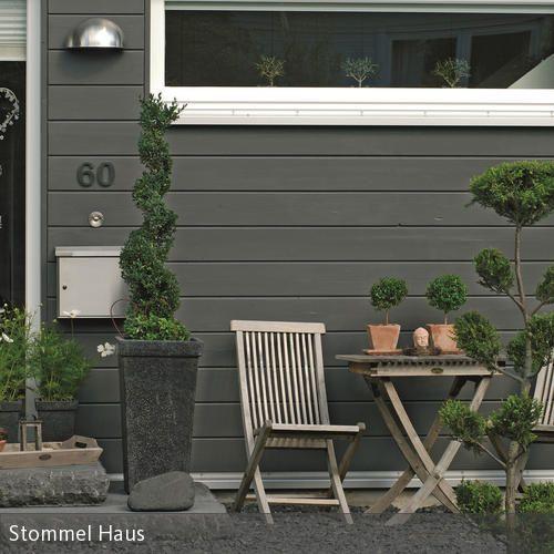 Ein idyllischer Vorgarten kann mithilfe weniger Mittel geschaffen werden: Robuste Klapptsühle aus Holz, Pflanzen in Terrakottagefäßen und kleine Dekoelemente…