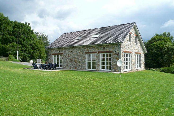 In de Belgische Ardennen hebben we deze prachtige vakantiewoning te huur. Deze recreatiewoning is geschikt tot maximaal 10 personen en is dus perfect voor een weekend weg met een vriendengroep of familie.