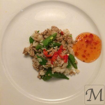 En thailandsk klassiker, med stegt svinekød og sukkerærter. Retten er krydret med fishsauce, chili og sukker og kan nemt tilpasses børnene. Kan tilberedes på 30 minutter - su hurtig hverdagsmad. Find opskriften på Thaikrydret svinekød her.   #chili #hverdagsmad #sukkerærter #svinekød #thai