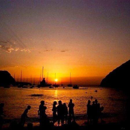 Playa de Benirràs, puesta de sol y fiesta de los tambores