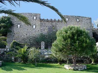 Η Επισκοπή της Σκοπέλου- Ο τριώροφος πύργος στα δεξιά της εισόδου θυμίζει μεσαιωνικό πύργο της Ιταλίας και πιθανολογείται ότι ήταν επισκοπική έδρα. Στην πραγματικότητα η Επισκοπή προοριζόταν από τους Ενετούς για φρούριο, τα σχέδια τους όμως ανακόπηκαν ξαφνικά το 1538, όταν εισέβαλε στο νησί, το οποίο κατέστρεψε ολοκληρωτικά, ο Αλγερινός Χαϊρεντίν Μπαρμπαρόσα, πειρατής που έγινε αρχιναύαρχος της Οθωμανικής Αυτοκρατορίας. Έτσι από το ημιτελές φρούριο παραμένουν σήμερα μόνο τα ψηλά τείχη.