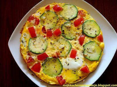 Moje                                                                       Kuchenne Rewelacje  : Omlet z cukinią, mozzarellą i pomidorem