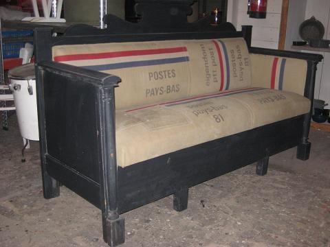 Onwijsgave bank bekleed met orginele oude Hollands postzakken !  Te bestellen via www.wats-on.nl