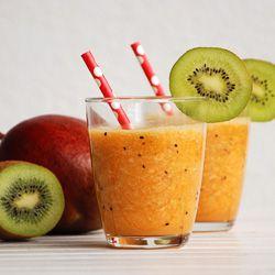 Koktajl z kiwi, mango i marchewką.