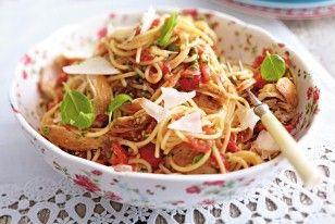 Spaghetti mit Bruschettasoße und Hähnchenstreifen