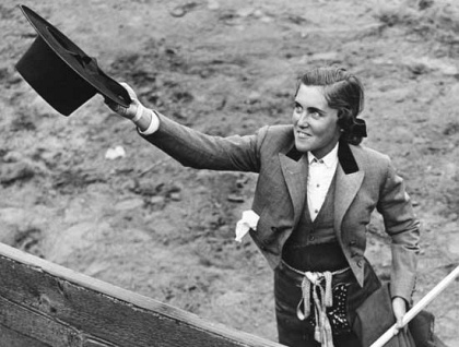 """En 1940 se volvió a prohibira las mujeres torear a pie, surgiendo """"La edad de Oro del rejoneo femenino"""" con Conchita Cintrón a la cabeza. Sólo Conchita Cintró sólo pudo torear una corrida a pie en España. De ella dijo Belmonte en un tentadero: """"Si yo mandara, usted torearía a pie"""""""
