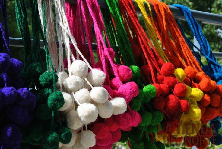 Tulmas norteñas de lana de oveja teñida para decorar los picaportes, tus cortinas, sillones, tus carteras, etc