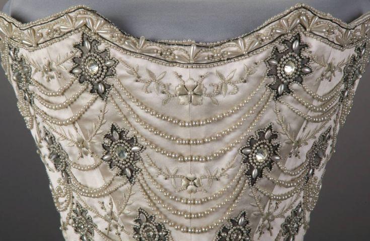"""Корсаж свадебного платья из белой тафты и белого атласа, с вышивкой шёлком, """"серебром"""", стразами и жемчугом."""