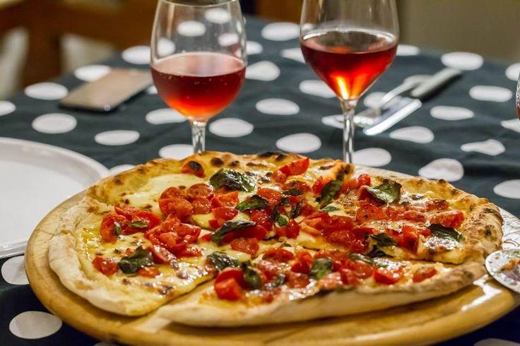 Pizza napoletana fatta in casa accompagnata da un Passo alle Tremiti Rosato dei Tenimenti Grieco. That's life.