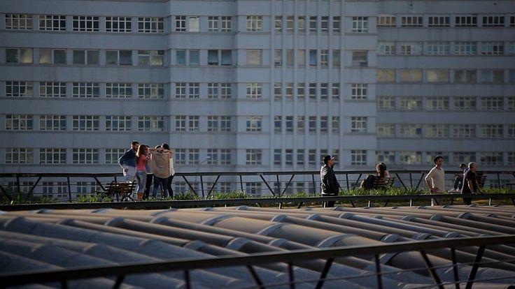 """Dirigida conjuntamentepelojornalista Paulo Markun e pelocineasta Sergio Roizenblit, a série Arquiteturas, apresentada pelo Sesc TV, """"mostra que é..."""