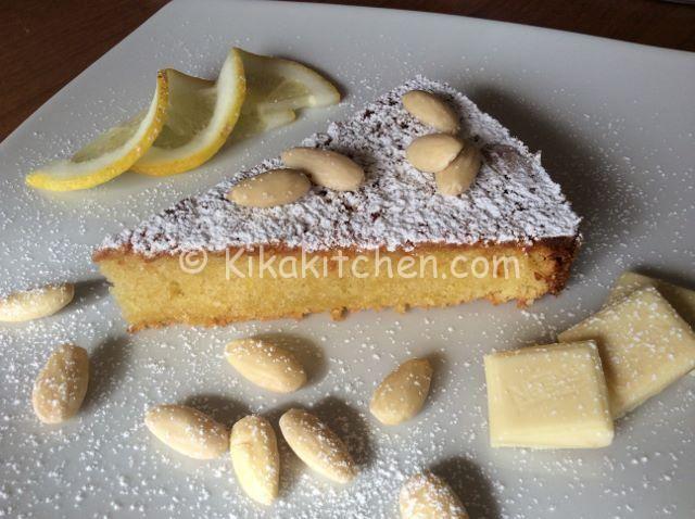 La torta caprese al limone del maestro pasticcere Salvatore De Riso è la più famosa variante della classica torta caprese al cioccolato.