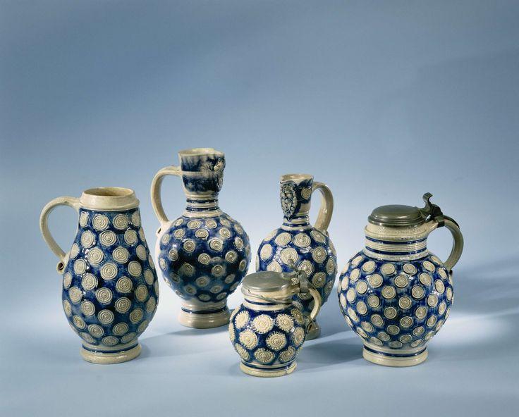 Anonymous   Baardmankruik, Anonymous, 1650 - 1725   Baardmankruik (?) van steengoed. Grijs met blauw en versierd metrosetten.