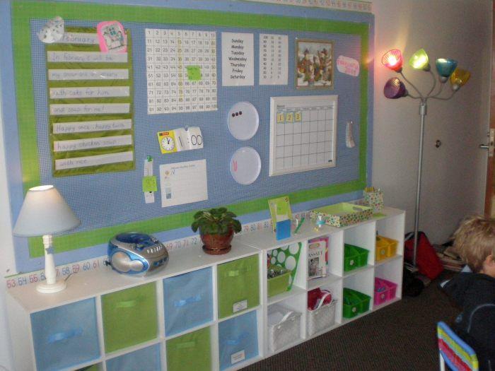 Ikea kasten met dozen en vrolijke kleurtjes. Daar knapt een klaslokaal van op!