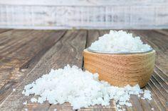 Miért sózd be a  konyharuhát?   A háztartási só jótékony hatása ősidők óta ismert. Van azonban egy praktika, ami kezd feledésbe merülni. Ezzel a trükkel megkönnyítheted...