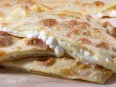 focaccia senza lievito con stracchino e asiago, semplice veloce e leggera nonostante la farcitura di formaggi