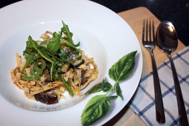 Zelfgemaakte pasta met truffelsaus en rucola - FingerLickingFood | FingerLickingFood