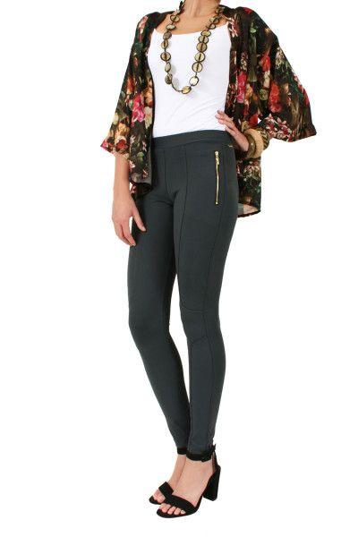 Calça Montaria Alice  Calça estilo Montaria em tecido levemente acetinado de alta compressão com proteção solar. Detalhe de bolso falso com zíper e recorte ao longo da perna que faz curva na altura do joelho.