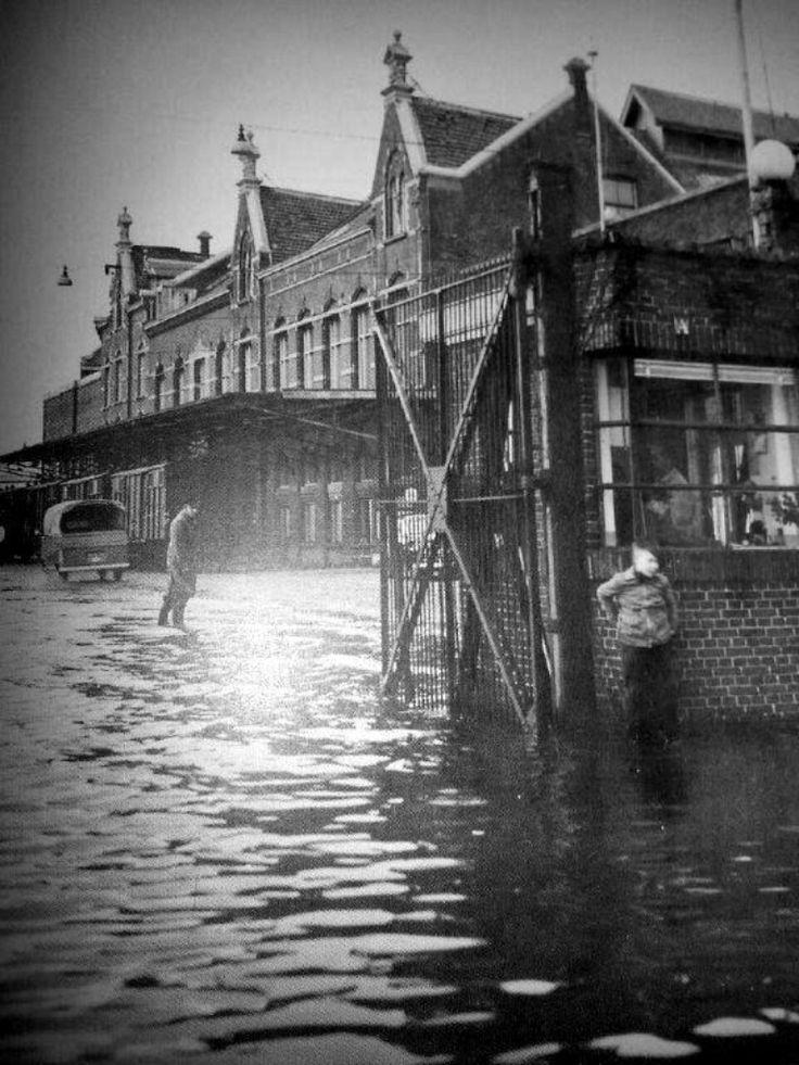 van den Bergh en Jurgens Nassaukade bij de portier. Fabriek bestaat nog steeds heet nu Unilever margarine fabriek en Calve pindakaas Watersnoodramp 1953