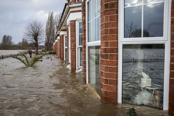 River Severn floods a row of terraced houses in Worcester