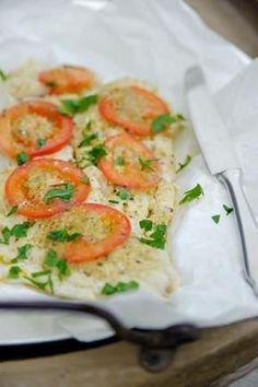 Bereiden:Meng de boter met de pesto. Leg de kabeljauw in een ovenschaal en bestrooi met peper en zout. Bestrijk de vis met tweederde van de pesto boter. Leg de plakjes tomaat bovenop de kabeljauw. Verdeel de rest van de boter over de tomaat. Giet de wijn om de vis heen. Bak de vis in ca. 20 min. gaar in de oven op 175°C.ServerenLekker met aardappel puree en geroosterde groenten!©kayotickitchen.com