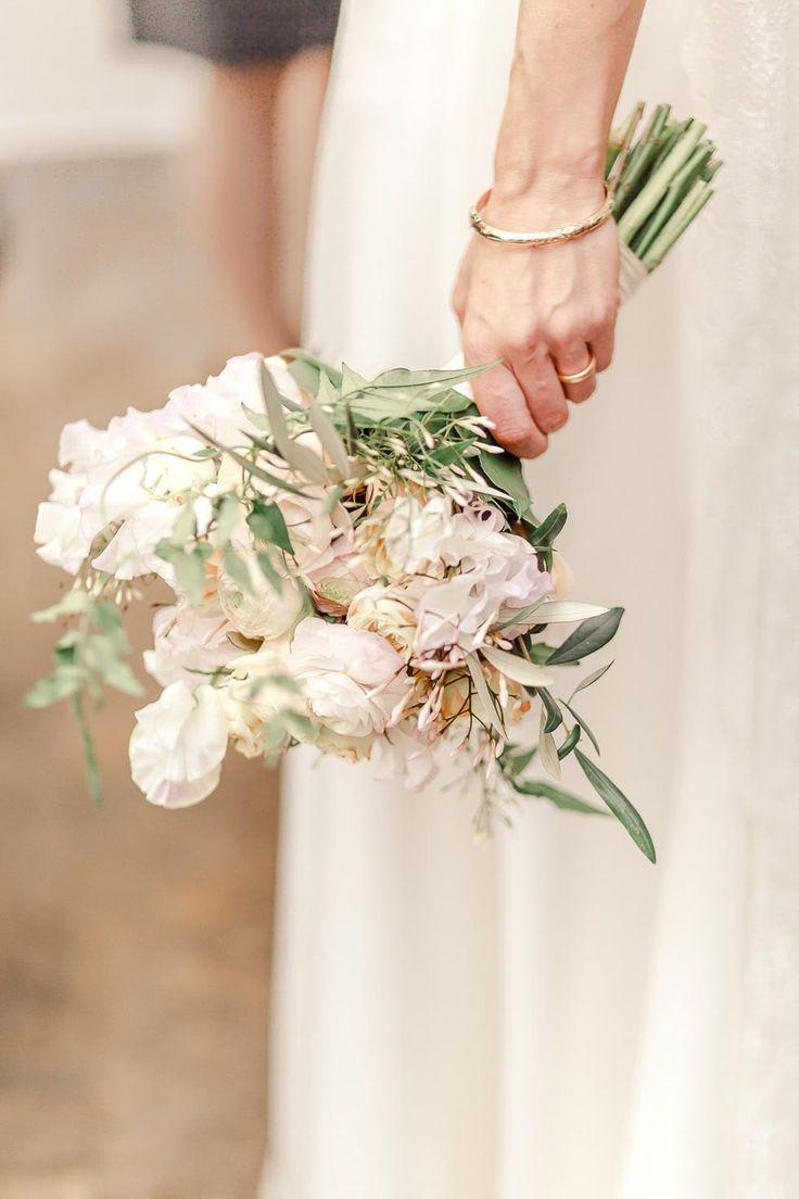 Brautstrauß in Weiß, Rosa und Gelb mit Ranunkeln, Rosen und Olivenblättern bei www.weddingstyle.de | Foto: IN LOVE by Bina Terré