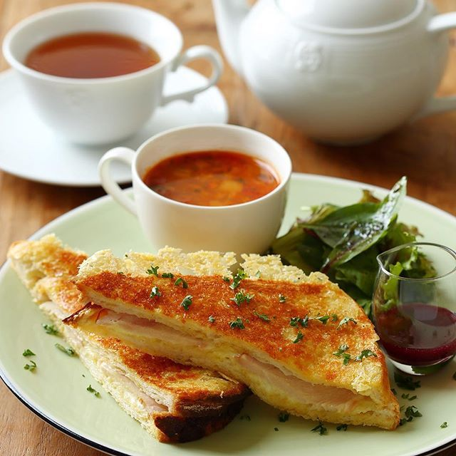 . 何かと和食が続きのこの時期におすすめなのが、ティールームの新作メニュー「#スモークチキンとチーズのフレンチトーストサンド」! エメンタールチーズをサンドしたフレンチトーストに、パルメザンチーズをのせて香ばしく焼き上げました。ブルーベリーソースをお好みでかけて、味わいの変化もお楽しみいただけます。 . サラダとスープもついているので、バランスもよく、ブランチや遅めのランチなどにもおすすめですよ! . #AfternoonTea #AfternoonTeaTEAROOM #アフタヌーンティー #アフタヌーンティーティールーム #新作メニュー #フレンチトーストサンド #フレンチトースト #スモークチキン #チーズ #ブルーベリーソース #サラダ #スープ #ランチ #ブランチ #期間限定 #紅茶#frenchtoast #menu #lunch #cafe #tea #teatime #TEAROOM #soup #salad