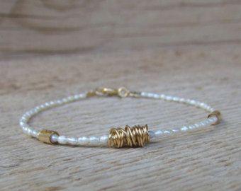 Artículos similares a Mano de ganchillo pulsera, cordón marrón con pequeñas perlitas llenadas de oro, pulsera amistad, pulsera de la amistad con cuentas en Etsy