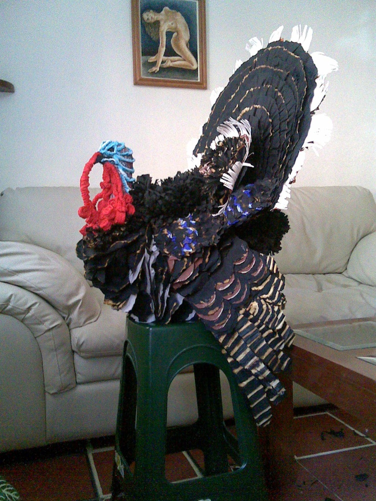Guajolotito. 1er lugar en el 1er Concurso Piñatas del MAP-DF. Piñata olla barro y papel crepé y china. Trabajo artesanal