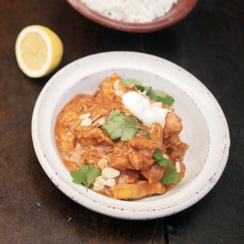 Met dit recept maak je zelf je eigen kip tikka masala - zonder pakjes en zakjes, maar met verse kruiden en ingredienten. De smaak is ongeevenaard! 1. Maak eerst de kruidenpasta. Verhit een droge koekenpan op middelhoog vuur en voeg de komijn-...