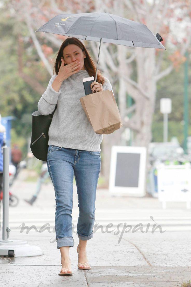 Jennifer Garner nuevo estilo… con paraguas y chanclas