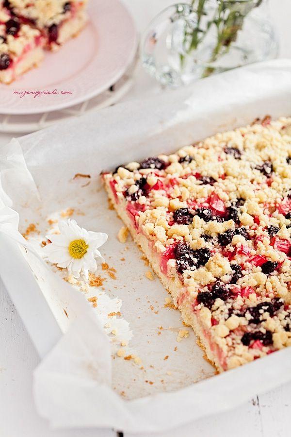 Waniliowe ciasto z rabarbarem, wiśniami i kruszonką
