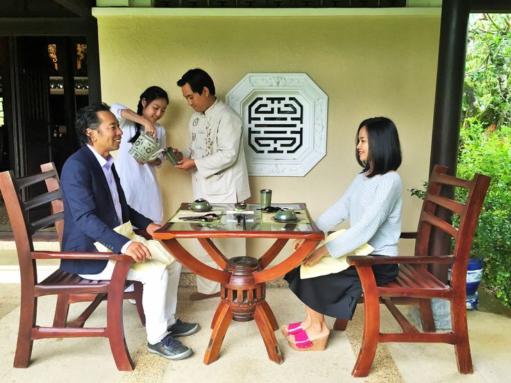 They enjoyed Hue brown rice tea before have lunch. ;)