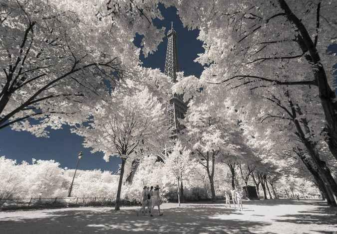 Il fotografo Pierre-Louis Ferrer coglie con gli infrarossi la Parigi che nessuno puà vedere Il fotografo francese Pierre-Louis Ferrer è specializzato in fotografia agli infrarossi ed agli ultravioletti. Tecniche fotografiche ancora realtivamente sconosciute che permettono di cogliere la luc #fotografia #architettura #parigi
