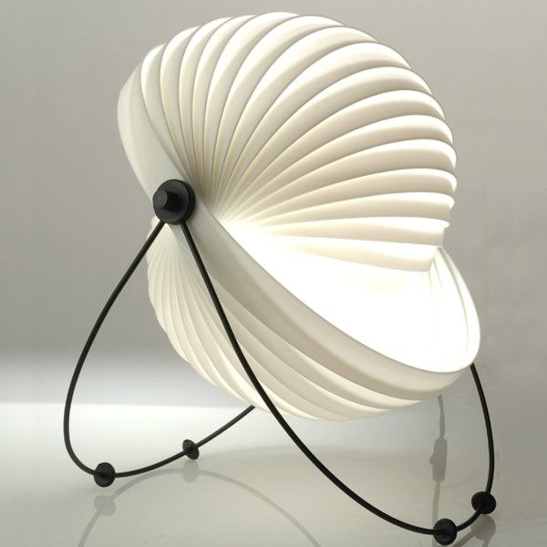 La lampe Eclipse de la maison française Objekto fait partie de la très réputée collection permanente du Musée d'Art Moderne de New York (MoMA). Fabriquée à partir d'une unique bande de propylène enroulée sur elle-même, la structure peut être dépliée afin d'en changer sa forme ainsi que l'orientation de l'éclairage. Les pieds en métal peuvent aussi être enlevés afin de créer une suspension. Plus de détails : http://www.luminairesaintremi.com/details-eclipse+de+objekto-598.html