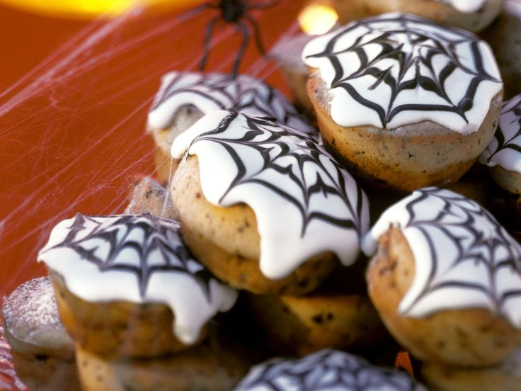 Muffins mit Spinnennetz - für Halloween - smarter - Zeit: 50 Min. | eatsmarter.de