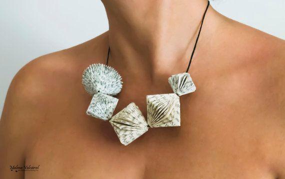 Prenotare Art Necklace - piccoli sculture di libri intorno al collo - gioielli di carta