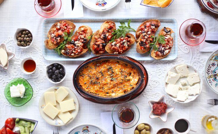 Bruschetta 15. yüzyıldan gelen bir İtalyan güzelliği, kızarmış ekmeğe sarımsaklı zeytinyağı sürülüp üstüne çeşitli sebze kombinasyonları eklenerek hazırlanan leziz bir atıştırmalık. Orjinal tadı yakalayabilmek için en önemli nokta zeytinyağı ve domateslerin çok iyi kalite olması. Bruschetta kahvaltı için iyi bir alternatif, aynı zamanda konuklar için hemencik hazırlanabilecek şık bir başlangıç. Menemense köpük köpük, bir de sonradan eklenen tazecik kekik sayesinde misss gibi Akdeniz kokulu.
