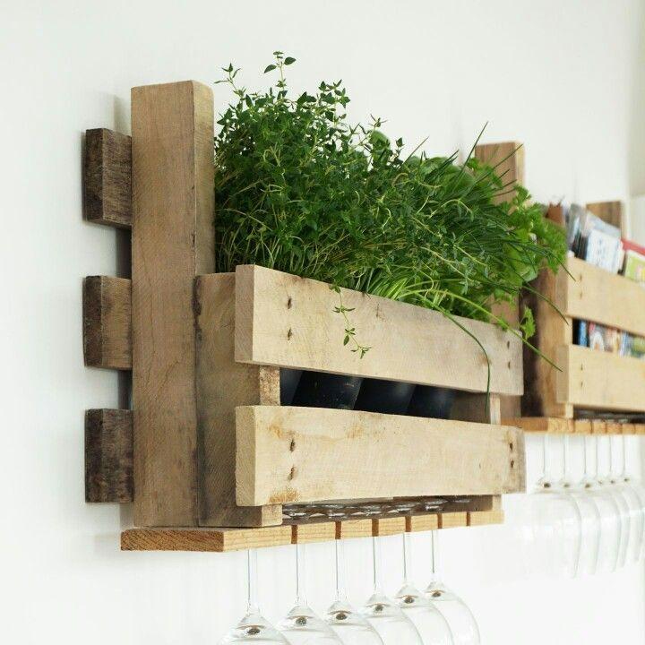 PALLET REK | Dit stoere rek, gemaakt van pallets, kun je niet alleen gebruiken voor je voorraad wijn of kookboeken, maar ook voor kruidenplantjes!