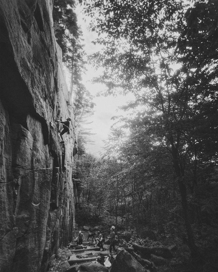 La grimpe du jeudi soir à Val-Bélaire #quandilpleutpasonenprofite #iphone #vsco #momentlens #climbing #climbingquebec #climbingmagazine #fqme #gripped #escalade #escaladequebec #bw #rockclimbing