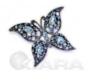 Ażurowy motyl, wyraźne szczegóły, błyszczące oczka z prawdziwych kryształów, w różnych kształtach . Proponujemy zwłaszcza na prezenty.  Kolor: oryginalne kryształowe oczka w kolorze turkusowym. galwanizowane starym srebrem z UV  Szerokość produktu: 5.5 cm Długość produktu: 4.5 cm Średnica elementów: od 0.3 cm do 0.5 cm Wymiary elementów: 1 x 0.6 cm Typ zapięcia: igła z blokadą