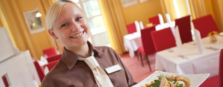 Ihr seid auf der Suche nach einer Ausbildung oder einem Job in der Hotellerie und Gastronomie? Hier findet ihr aktuelle Stellenangebote und ganz persönliche Einblicke in die Karriere-Geschichten der relexa Mitarbeiter und Mitarbeiterinnern.