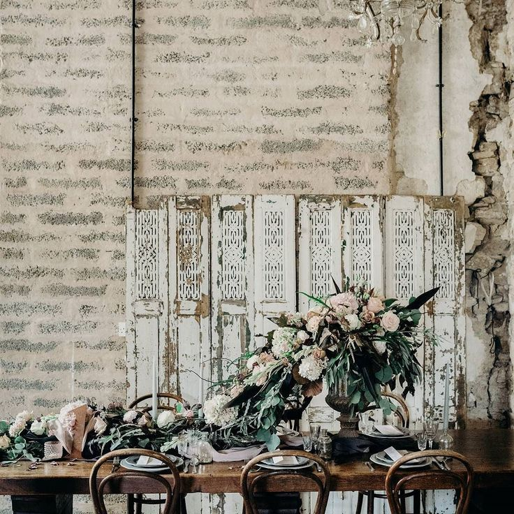 I styled this beautiful Industrial Luxe tablescape to create a gorgeous windswept romantic feel for a wedding table. With stunning flowers from @bromptonbuds.