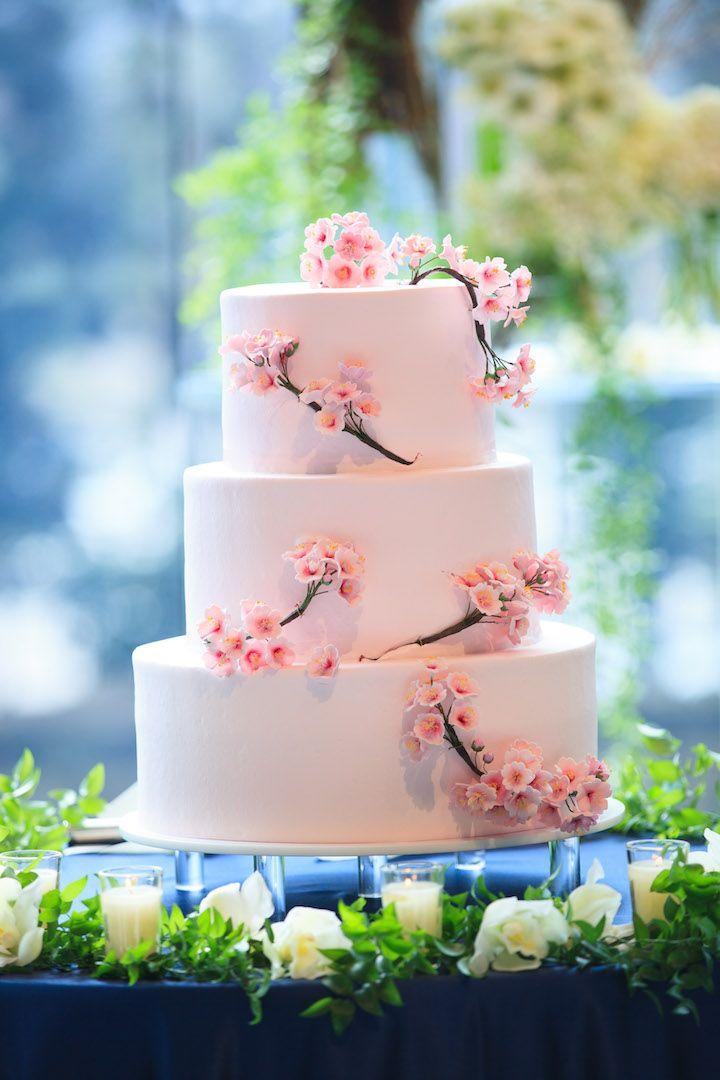 桜のウエディングケーキは中の生クリームもピンク色で統一。砂糖細工で作られた桜の飾りが愛らしい。