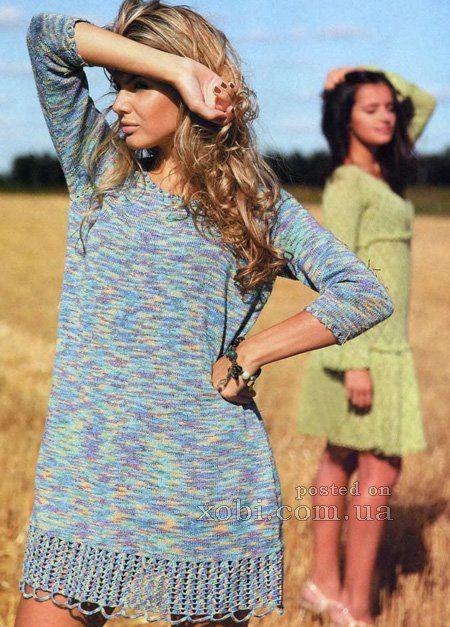 пестрое женское платье вязаное спицами
