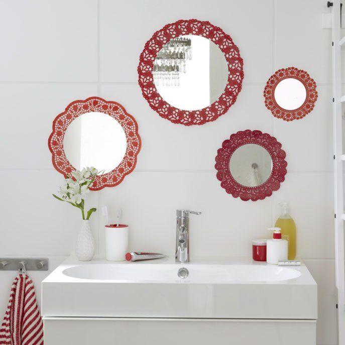 Specchi fai da te   Desiderate dare un tocco di colore al vostro bagno ma non sapete come fare? A volte le idee migliori sono le più semplici e le più economiche. Se avete a disposizione dei piccoli specchi rotondi personalizzateli con dei semplici centrini di carta. Otterrete una parete di specchi con cornici decorate perfette ed economicissime!  Il risultato è di sicuro effetto. Una decorazione barocca semplicissima e veloce!  Materiale occorrente  Specchi rotondi di varie dimensioni…